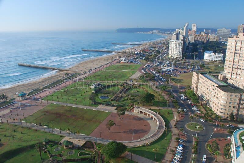 Durban. Vista del nord di mattina della spiaggia. Kwazulu Natal, Sudafrica immagini stock