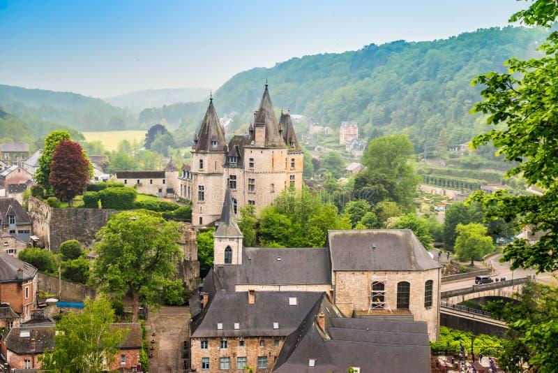 Durbuy vallonsk stad i det belgiska landskapet av Luxembourg Härlig medeltida slott i stadsmitten arkivbilder