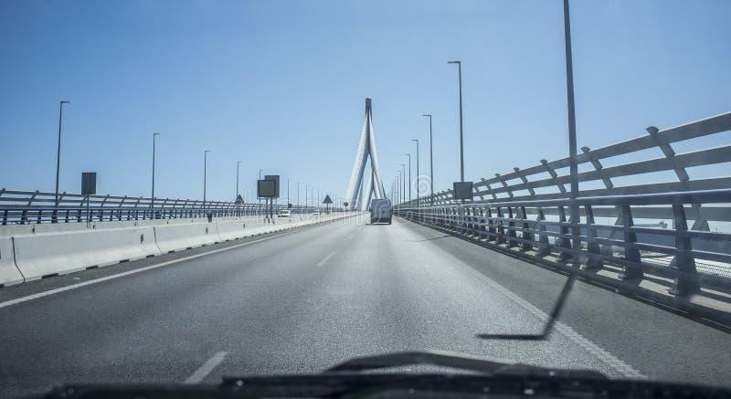Durch Brücke La Constitución Des 1812 über Cadiz-Bucht fahren, Spanien lizenzfreie stockfotos