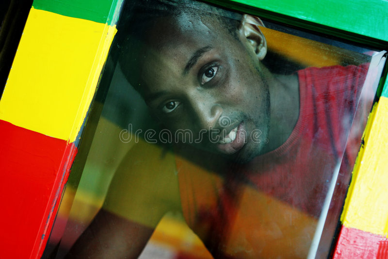 Durch das Fenster - Reggaefarben lizenzfreie stockfotografie