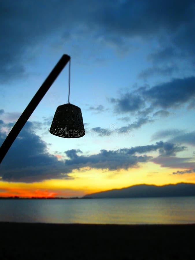 Durch das Licht des Strandes morgens stockfotos