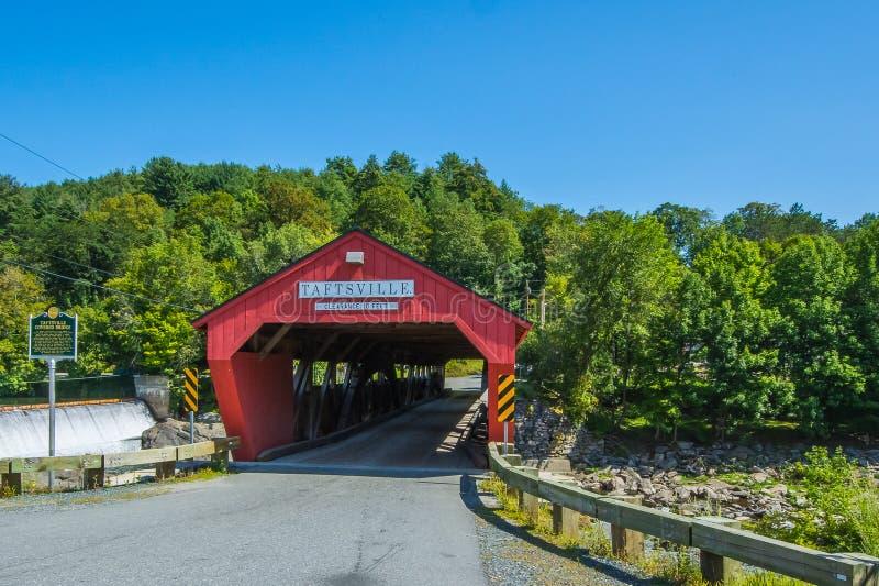 Durch die rote überdachte Brücke lizenzfreie stockbilder