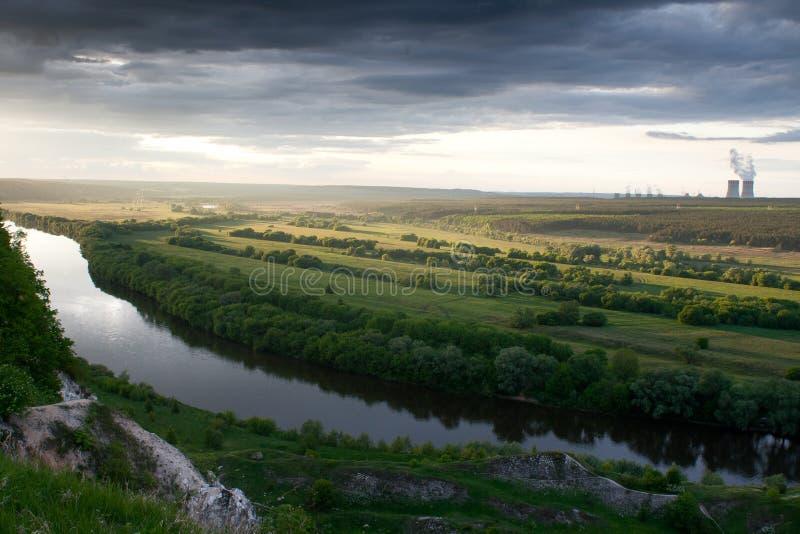 Durch die Seite des Flusses lizenzfreie stockfotografie