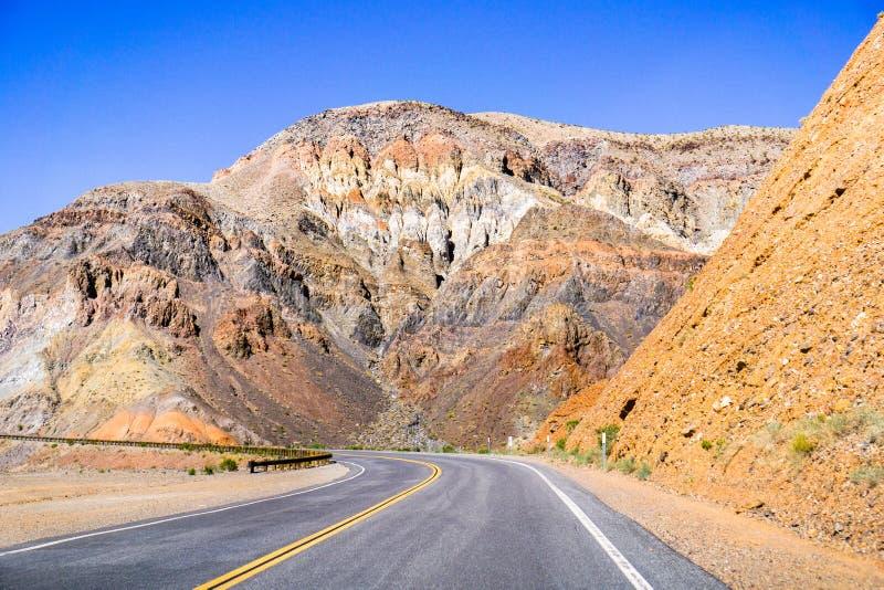 Durch die steilen, felsigen Berge der Panamint-Strecke, Nationalpark Death Valley, Kalifornien fahren stockfoto