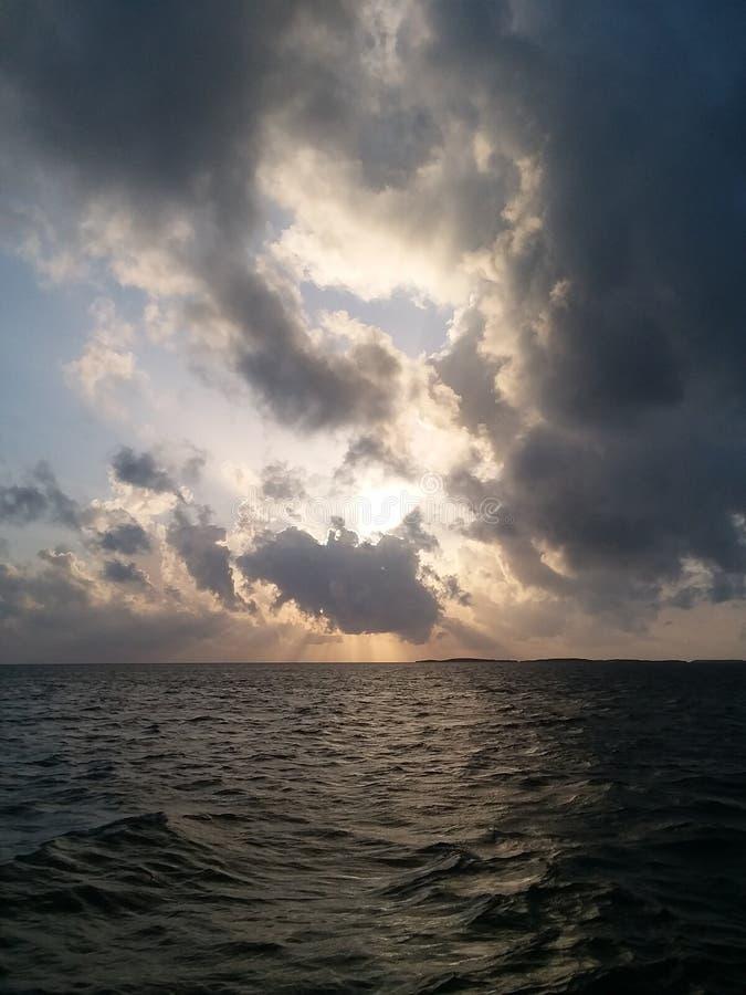 Durch die Wolken lizenzfreie stockbilder