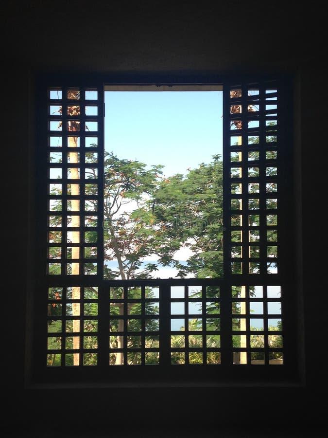 Durch ein Gitterfenster zum blauen Himmel und zum Toten Meer lizenzfreie stockfotografie