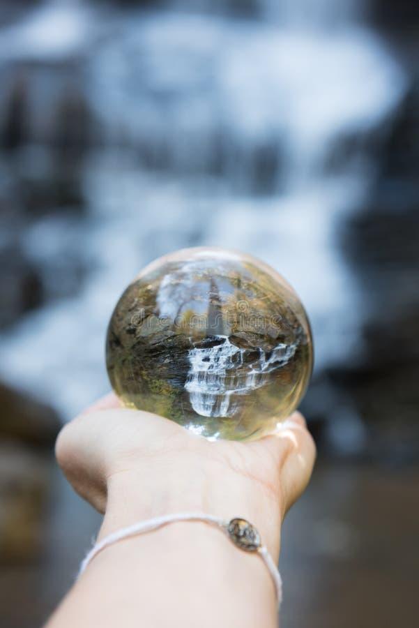 Durch eine Kugel bei Pearson Waterfalls im North Carolina lizenzfreie stockfotos