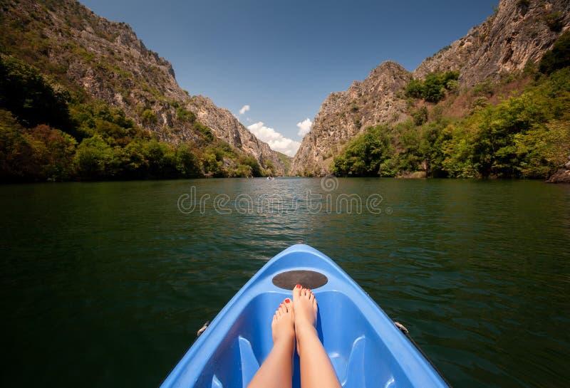 Durch Fluss in Matka-Schlucht Kayak fahren, Mazedonien lizenzfreie stockbilder
