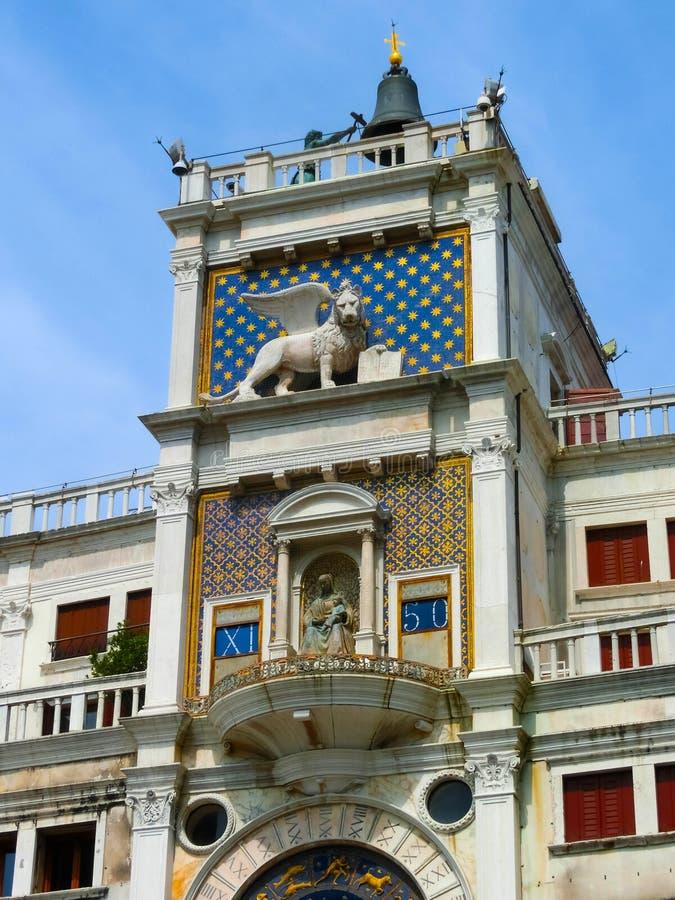 Durch Schiffe im Hafen von Venedig, Italien gesehen zu werden St- Mark` s altes clocktower, lizenzfreies stockbild
