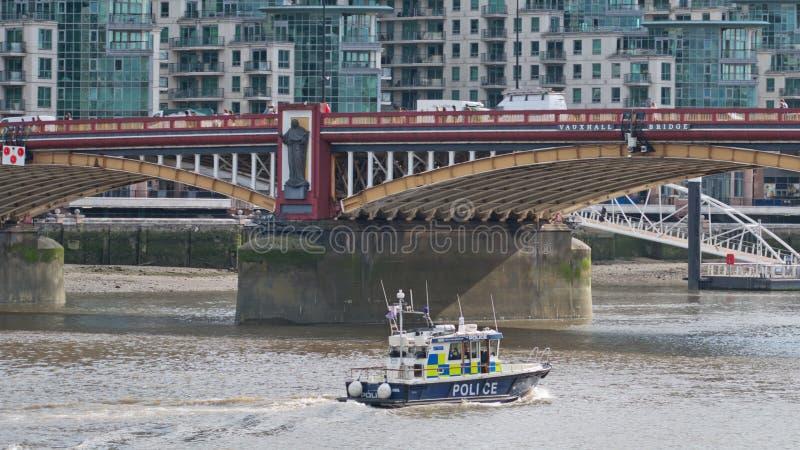 Durch Wasser übertragene Patrouille in zentralem London lizenzfreies stockfoto