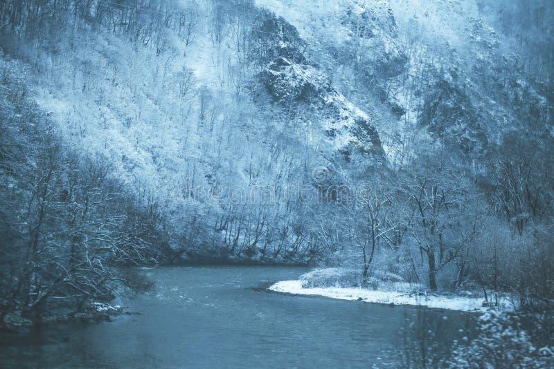 Durch Winterfluß stockfoto