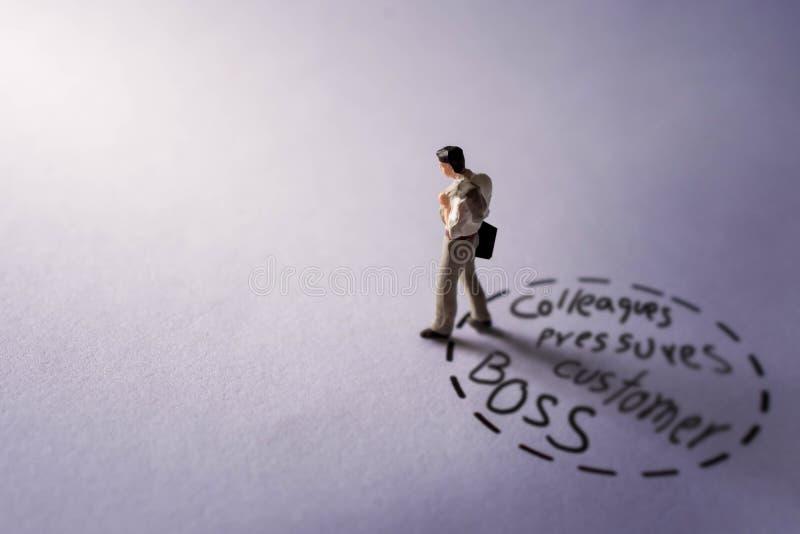 Durchaus Job Concept Geschenk durch Miniaturzahl der Traurigkeit Busi stockfotos