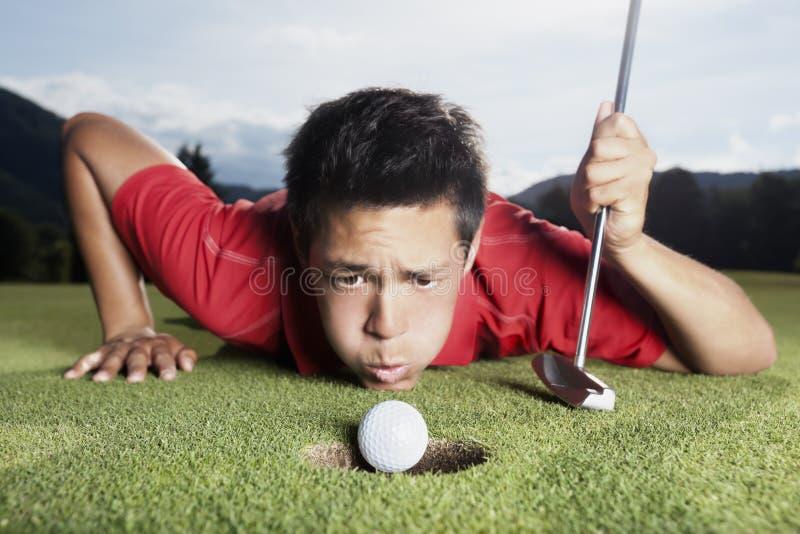 Durchbrennenkugel des Golfspielers in Cup. lizenzfreie stockfotos