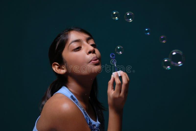 Durchbrennenlots des Mädchens Luftblasen stockfotografie