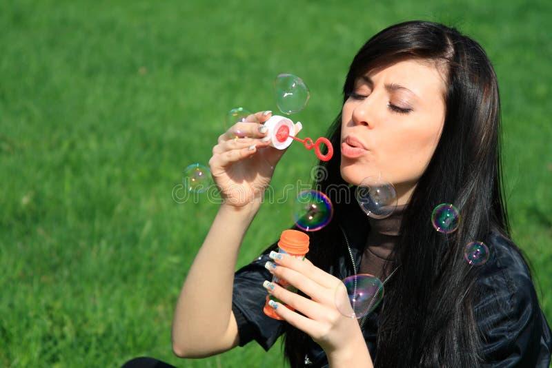 Durchbrennenluftblasen der Frau stockbild
