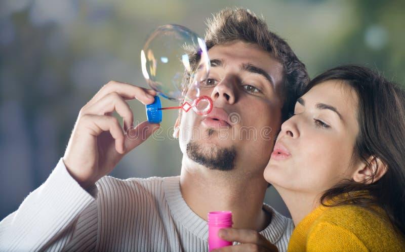 Durchbrennenluftblasen der jungen Paare stockbilder