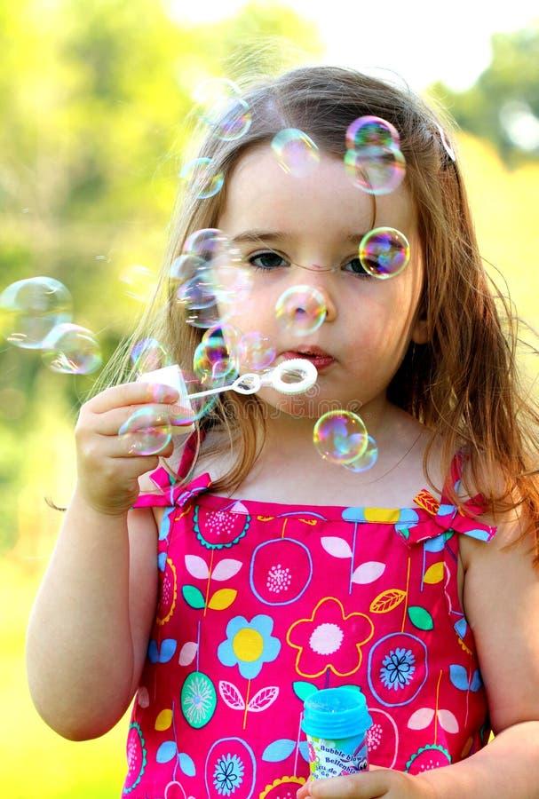 Durchbrennenluftblasen des jungen M?dchens lizenzfreie stockfotografie