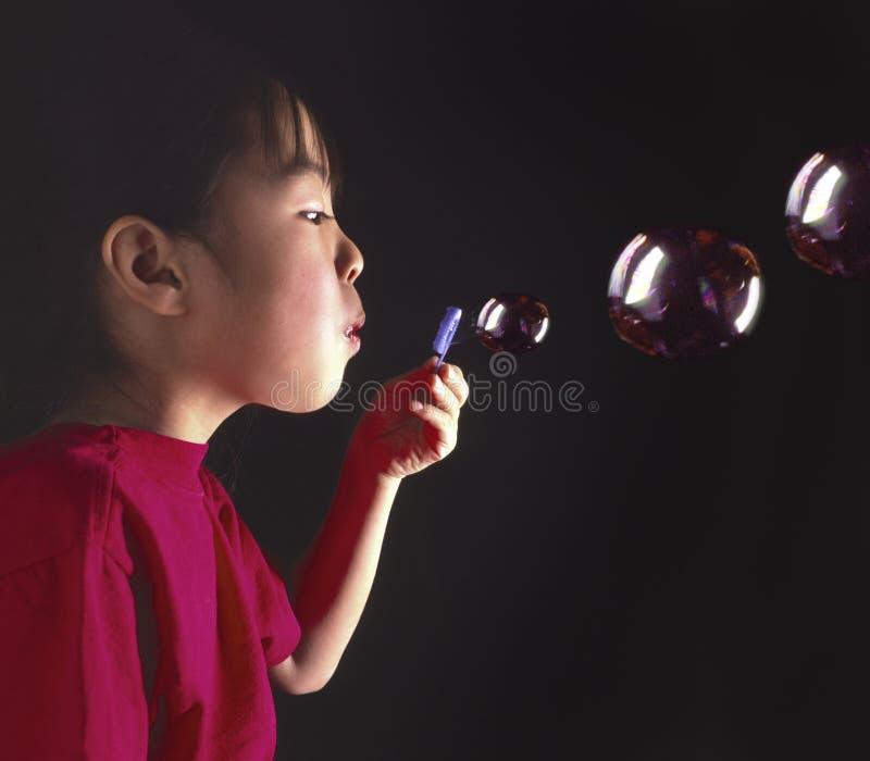 Durchbrennenluftblasen des jungen orientalischen Mädchens lizenzfreie stockfotos