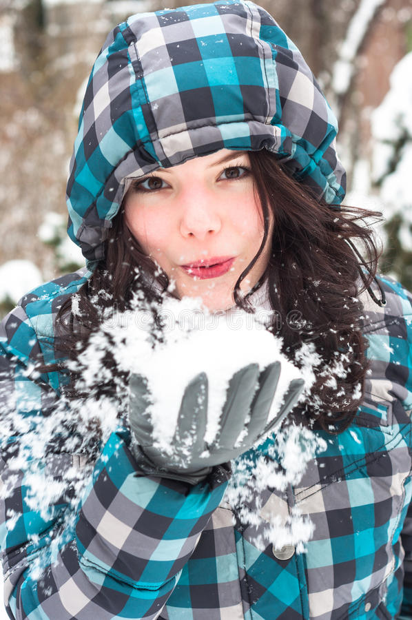 Durchbrennenschnee der Frau am Winter stockfoto