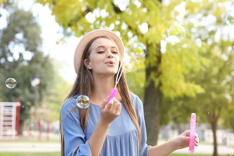 Durchbrennenseifenluftblasen der jungen Frau stockfotografie
