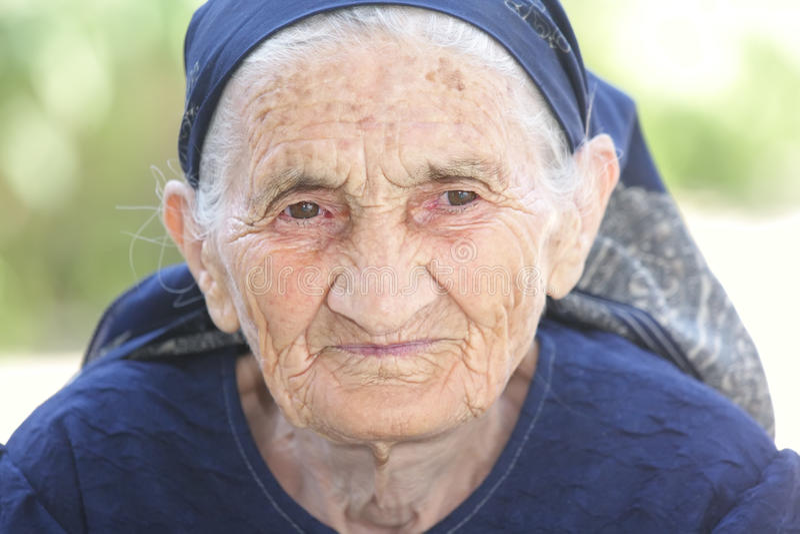 Durchdachte ältere Frau lizenzfreie stockbilder