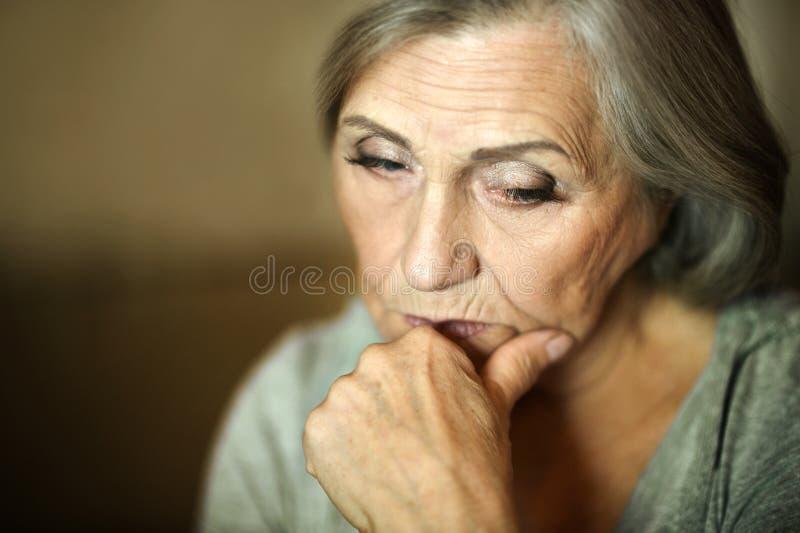 Durchdachte ältere Frau stockbild