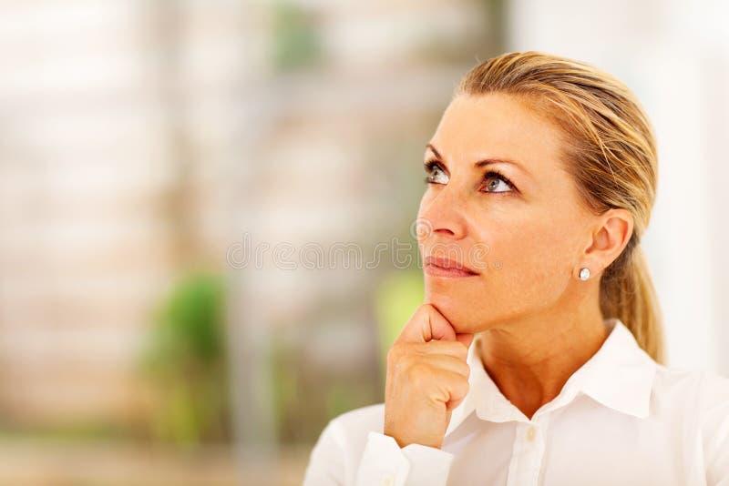 Durchdachte ältere Geschäftsfrau lizenzfreies stockbild