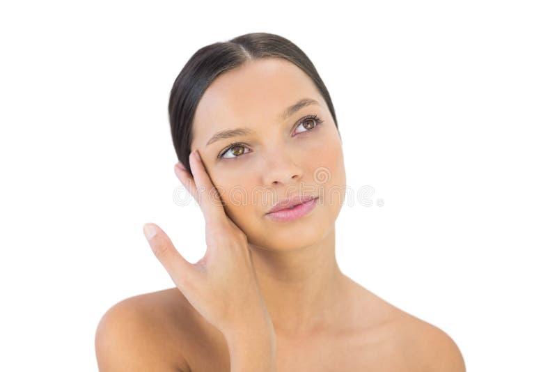 Durchdachte Frau, die Hand auf ihrem Gesicht hält lizenzfreie stockbilder