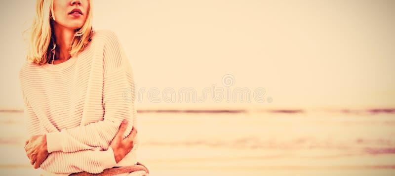 Durchdachte Frau, die oben Strand betrachtet stockfotos