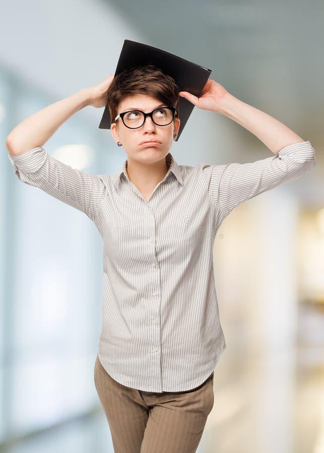 Durchdachte Frau gesorgte lokalisierte Probleme bei der Arbeit lizenzfreies stockbild