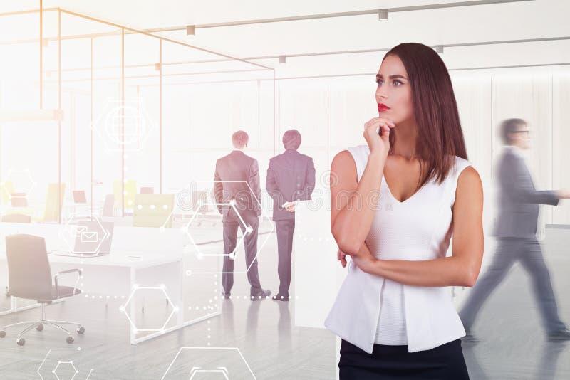 Durchdachte Frau im Büro, Geschäftsschnittstelle lizenzfreies stockbild