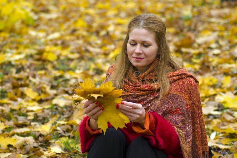 Durchdachte Frau mit Blättern lizenzfreie stockfotografie