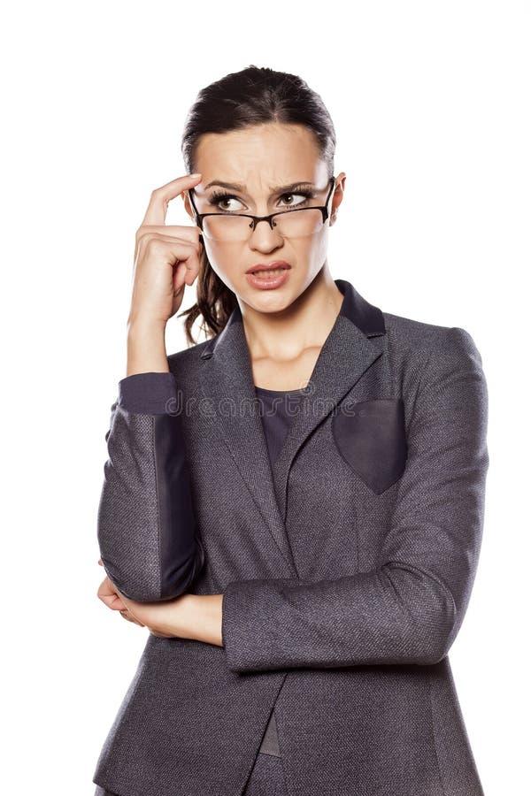 Durchdachte Geschäftsfrau lizenzfreie stockfotos