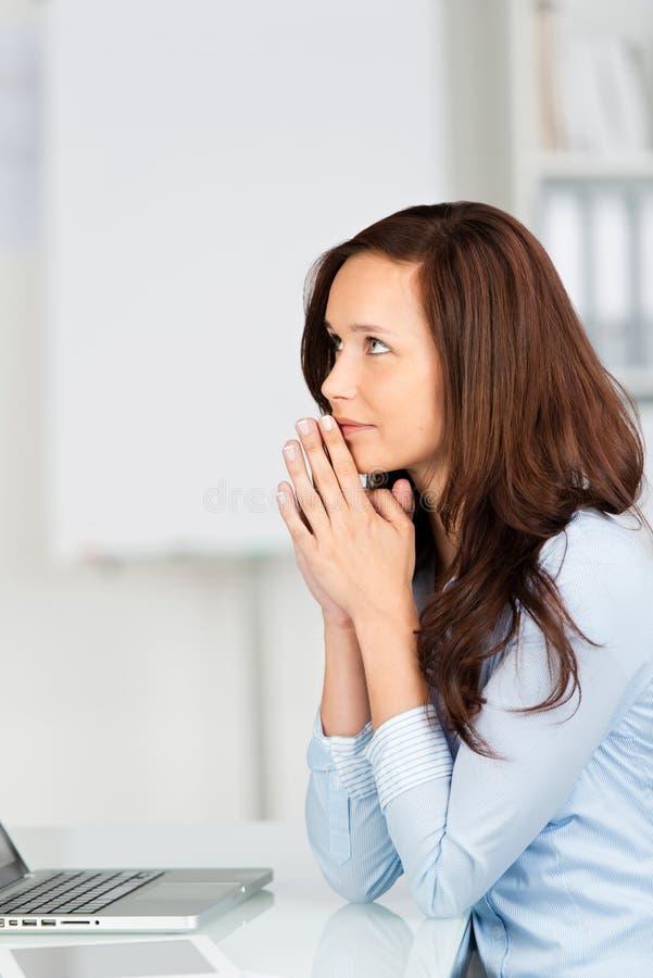 Durchdachte junge Geschäftsfrau stockbild
