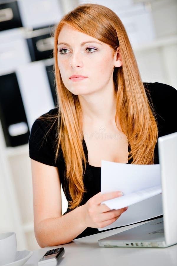Durchdachte kaukasische Frau lizenzfreie stockbilder