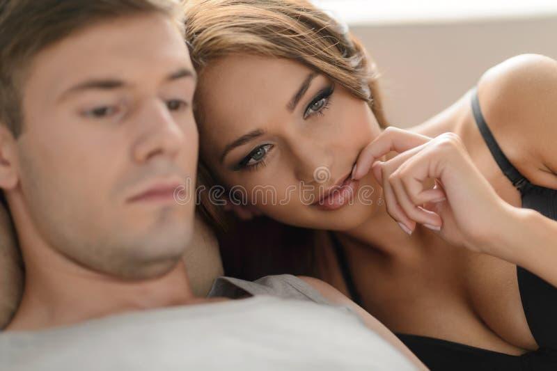 Durchdachte Paare. Schöne junge Paare, die nah an jedem ot liegen lizenzfreies stockbild