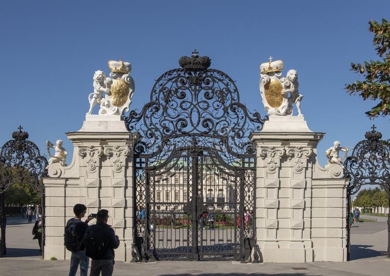 Durchdachte Schmiedeeisentore am Eingang zum oberen Belvedere-Palast, Wien, Österreich stockfotografie