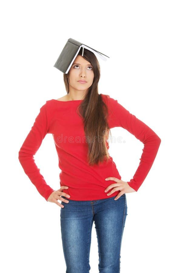 Durchdachte Studentenfrau mit ihrer Anmerkung über Kopf lizenzfreie stockfotos