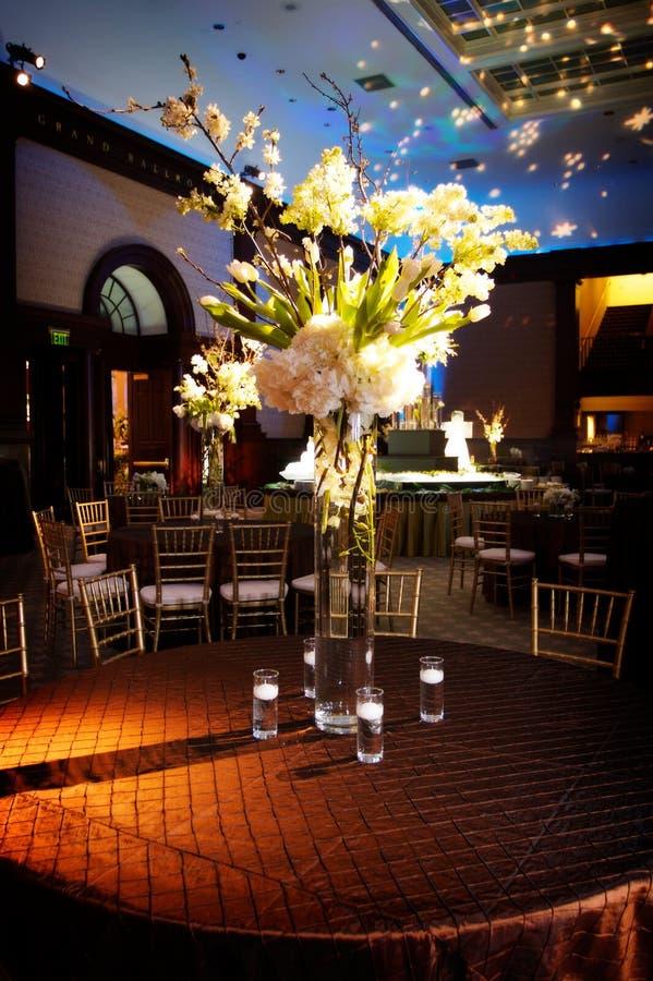 Durchdachte Tabelleneinstellung an einem Hochzeitsempfang stockfotos
