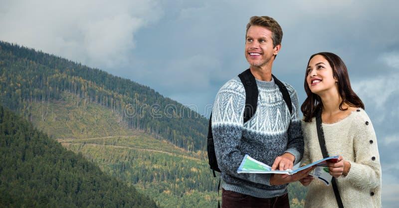 Durchdachte wandernde Paare, die Karte auf Berg halten lizenzfreie stockfotos
