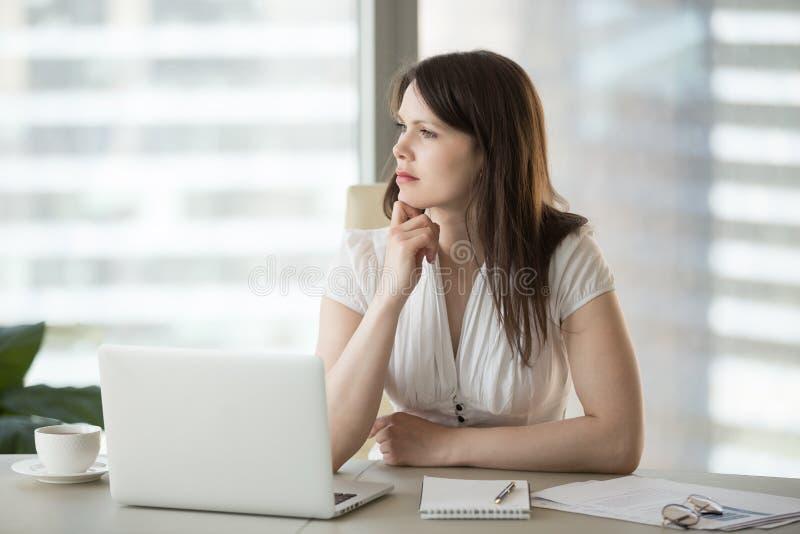 Durchdachte zweifelhafte Geschäftsfrau, die weg schaut, denkend an probl lizenzfreies stockfoto
