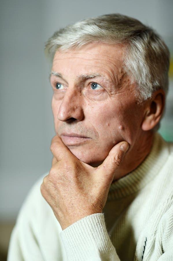 Durchdachter älterer Mann lizenzfreie stockfotografie