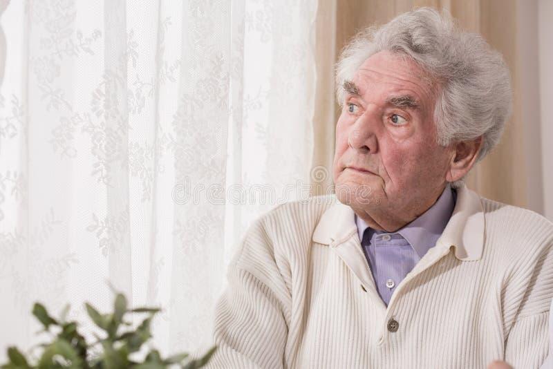 Durchdachter älterer Mann stockfoto