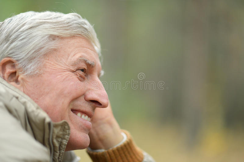 Durchdachter älterer Mann lizenzfreies stockbild
