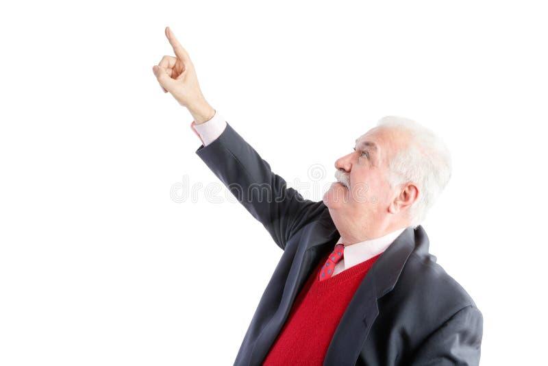 Durchdachter älterer Mann, der über seinen Kopf zeigt lizenzfreie stockfotografie