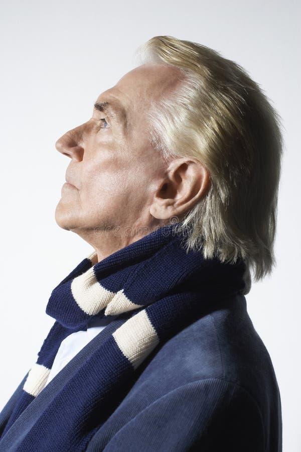 Durchdachter älterer Mann-tragender Schal lizenzfreie stockfotos