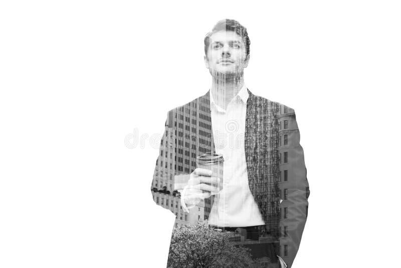 Durchdachter Geschäftsmann, der Schale mit Kaffee hält und oben schaut lizenzfreie stockfotos