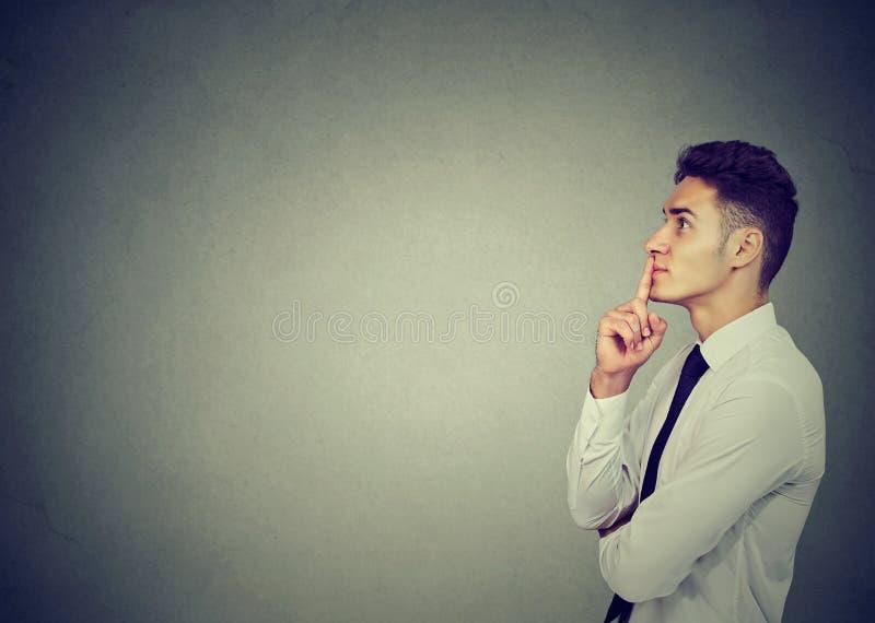 Durchdachter Geschäftsmann, der seinen Verstand bildet lizenzfreies stockbild