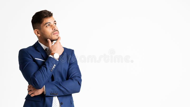 Durchdachter Geschäftsmann Touching His Chin Thinking Over Business Strategy stockfoto
