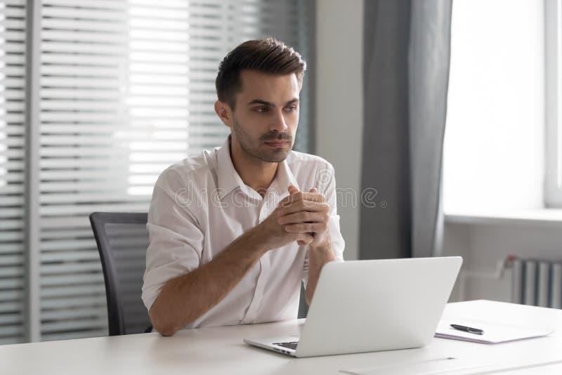 Durchdachter Geschäftsmann verlor in den Gedanken lösen Geschäftsherausforderung am Arbeitsplatz stockfotografie
